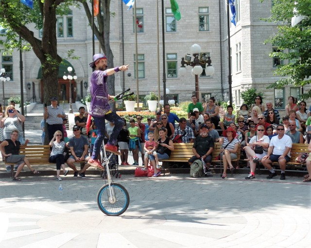 Street performers in Quebec
